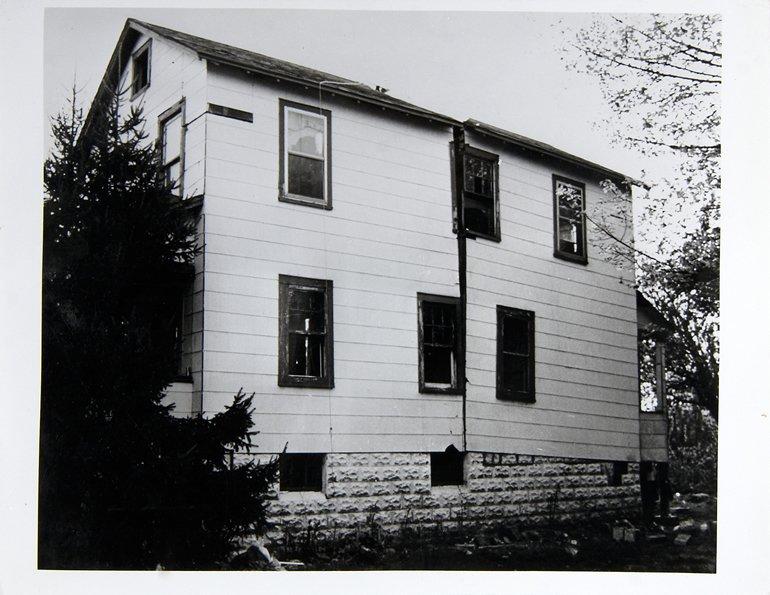 """Gordon Matta Clark """"Splitting 5 [Documentació de l' acció """"Splitting"""" realitzada el 1974 a Nova Jersey, Estats Units]"""", 1977"""