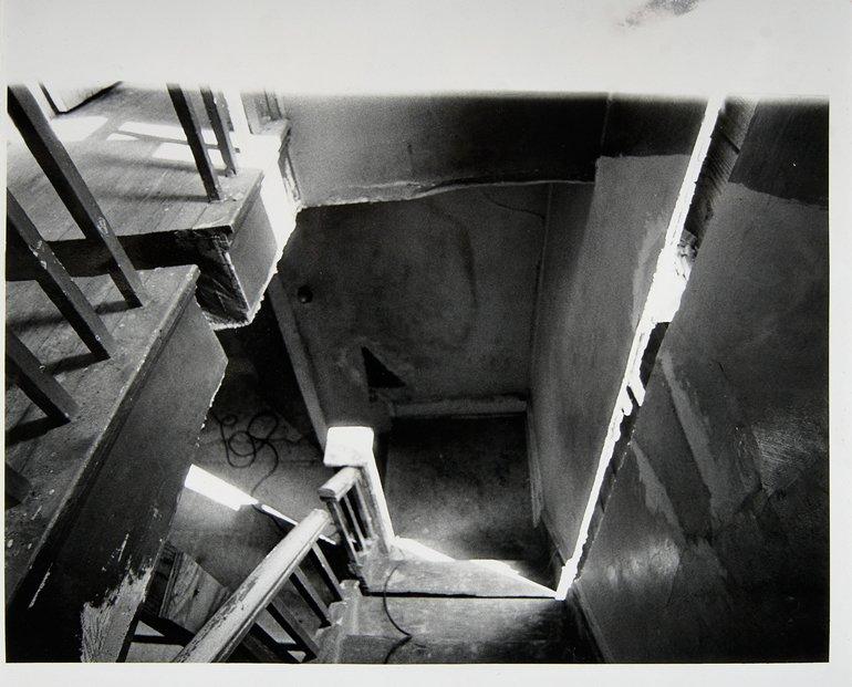 """Gordon Matta-Clark """"Splitting 1"""" [Documentació de l'acció """"Splitting"""" realitzada el 1974 a Nova Jersey, Estats Units], 1977"""