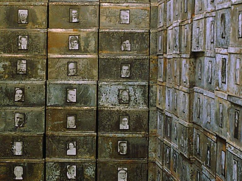 """Detall Christian Boltanski """"Réserve de Suisses morts"""", 1991"""