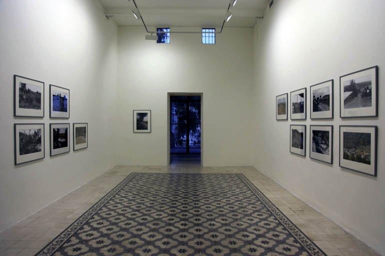 """Vista de """"The Valley"""" dins l'exposició """"Why did you leave the forest empty!"""" a la Darat al Funun—The Khalid Shoman Foundation, Amman, 2010."""