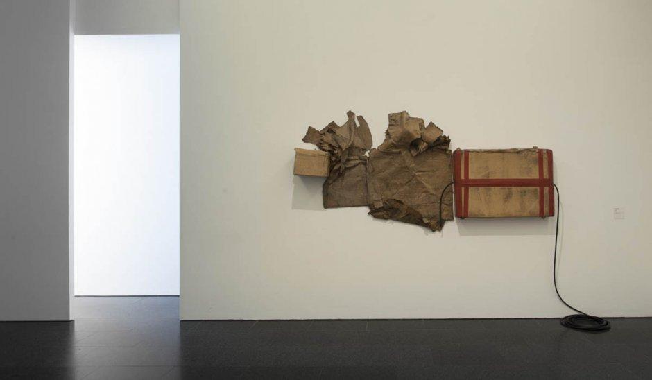 """Vista de l'exposició """"Cal fugir del contingut com d'una plaga. Episodis crítics (1957-2011). Col·lecció MACBA"""", 2012-2013"""