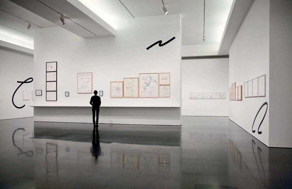 """Vista de l'exposició """"Escrit en el vent"""" de Lawrence Weiner, 2013"""