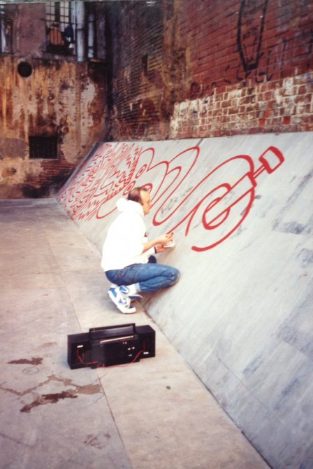 Keith Haring producing the mural 'Todos juntos podemos parar el sida' (All together we can stop AIDS), 27 February 1989, Barcelona. Photo: Montse Guillén