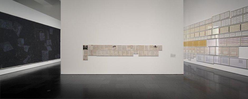 "Vistas de la exposición ART & LANGUAGE Incomplet"", 2014. Foto: EOS-AF, Estudi Orpinell & Sánchez -- Artesania Fotogràfica"