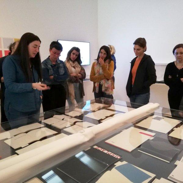 """Visita a """"Muestreo #3. antibooks"""" con Estel Fabregat, comisaria de la exposición. Foto: Paloma Gueilburt"""