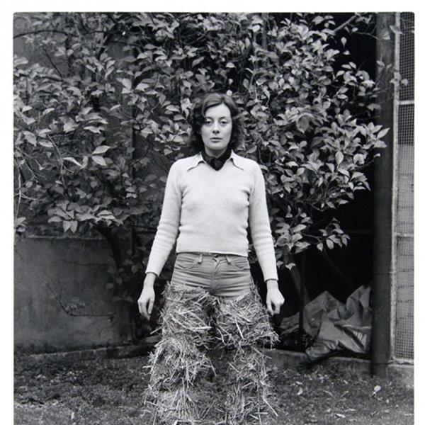Fina Miralles 'Relacions. Relació del cos amb elements naturals. El cos cobert de palla [Documentació de l'acció...', 1975