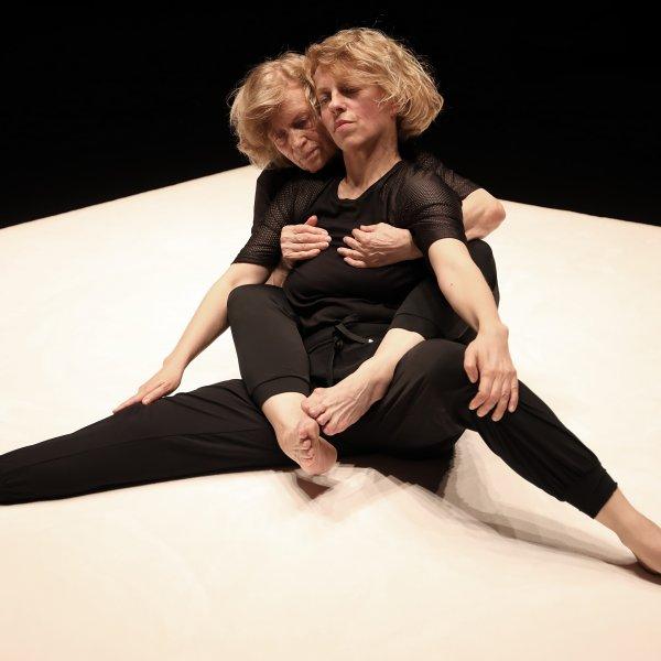 Eszter Salamon y su madre durante la performance M/OTHERS