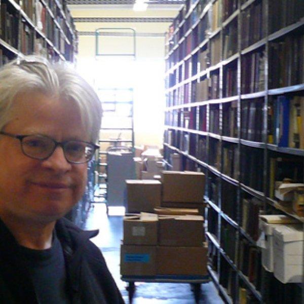 Rick Prelinger a la Prelinger Library. Foto de Cory Doctorow (Wikimedia)