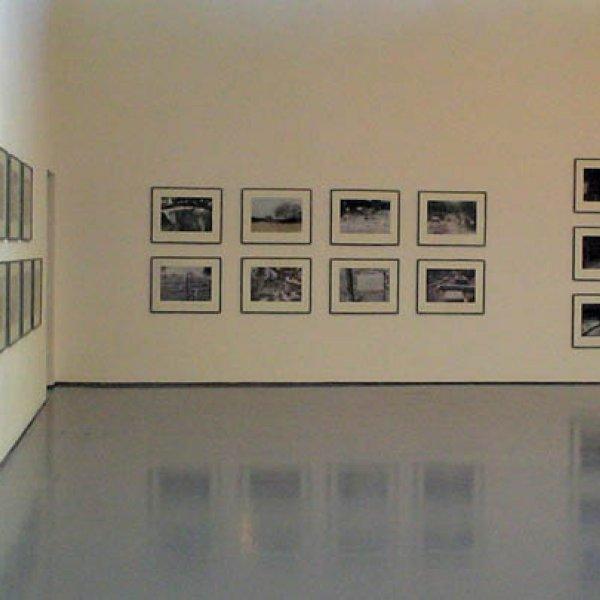"""Instal·lació de """"Trackers"""" dins l'exposició """"Ahlam Shibli. Goter and Trackers"""" al Dundee Contemporary Arts, Dundee, 2007"""