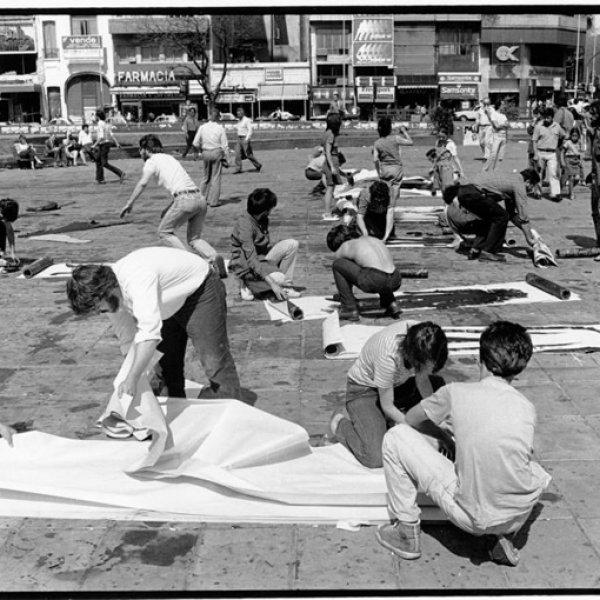 Jóvenes pintando siluetas en el Obelisco durante el Siluetazo, Buenos Aires, 8 de diciembre de 1983. Archivo Hasenberg - Quaretti. Colección Centro de Estudios Legales y Sociales. Archivo Fotográfico Memoria Abierta