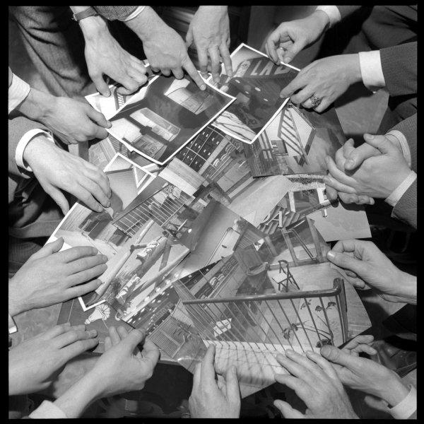 Membres grup R mostrant la seva obra amb motiu 1a. exposició, 1952. Foto Francesc Català-Roca © Fons Fotogràfic F. Català – Roca – Arxiu Fotogràfic de l'Arxiu Històric del Col•legi d'Arquitectes de Catalunya