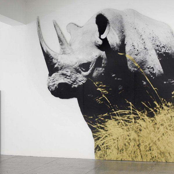 Dwarf and Rhinoceros (With Large Black Shape) With Story Called Lamb. © John Baldessari, 2015 Vista de la instal·lació a la Marian Goodman Gallery, Nova York, 27 de juny -23 d'agost, 2013. Cortesia de l'artista i de Marian Goodman Gallery. Foto: Ellen Page Wilson