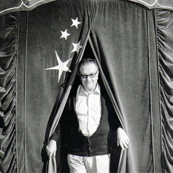 Joan Brossa en la 2ª Fira de Teatre al Carrer de Tàrrega, 1982. Colección MACBA. Centro de Estudios y Documentación. Fondo Joan Brossa. Depósito Fundació Joan Brossa. Foto: Jaume Maymó