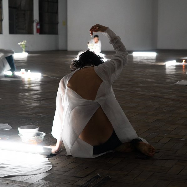 "Naufus Ramírez-Figueroa, ""Fino Fantasma"", 2017, performance, If I Can't Dance, I Don't Want To Be Part Of Your Revolution a Casa do Povo, São Paulo, 12 juliol 2017. Foto: Susan Gi"